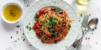 Bandnudeln mit Bohnen und Paprika-Mandel-Pesto