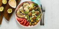 Zucchinisalat mit Falafel und Joghurt-Dip