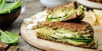 Grilled Cheese Sandwich mit Spinat und Avocado
