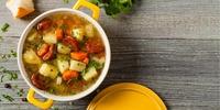 Klassische Kartoffelsuppe mit Würstchen