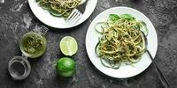 Zucchini-Nudeln mit Pesto