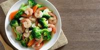 Gemüsepfanne mit Zucchini und Garnelen
