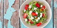 Zucchini-Nudeln mit Tomaten und Feta