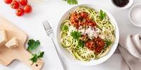 Zucchinispaghetti mit frischer Tomatensauce