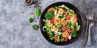 Garnelen-Salat mit Bacon und Ei
