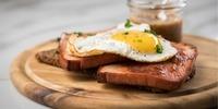 Eier mit Käse und Leberkäse