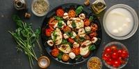 Tomate-Mozzarella-Salat mit Avocado
