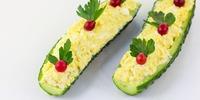 Eiersalat auf Gurkenschiffchen