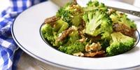Blumenkohl-Brokkoli-Salat mit gerösteten Walnüssen