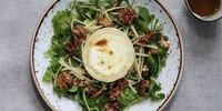 Ziegenkäsetaler mit Speck auf Feldsalat