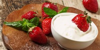 Erdbeerhälften mit geschlagener Vanille-Sahne