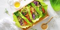 Gefüllte Salat-Wraps mit Tomate-Avocado und Speck