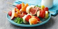 Bunte Fruchtspieße mit Erdbeersoße