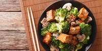 Asiatisches Tofu mit Mungobohnensprossen