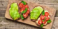 Avocadobrot mit Hummus und Nachtisch