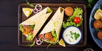 Avocado-Falafel Wrap mit Hummus