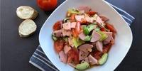 Wurstsalat mit Käse und Gemüse