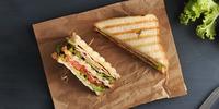 Clubsandwich mit Putenbrust und Avocado