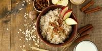 Walnuss-Buchweizen-Porridge mit Äpfeln