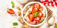 Erdbeerporridge mit Mandelblättchen
