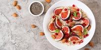 Quinoabrei mit frischer Feige und Nüssen