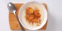 Polenta-Grießbrei mit Apfel und Mandelmus