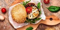 Veganer Avocado-Auberginen-Tomaten-Burger