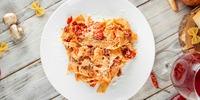 Vegane Bandnudeln mit Bohnen und Paprika-Mandel-Pesto