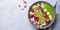 Bunte Beeren-Smoothie-Bowl mit Kiwi und Banane