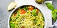 Leckere Linsenspaghetti mit Avocado-Oliven-Creme