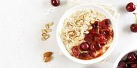 Sauerkirsch-Buchweizen-Porridge mit Birne