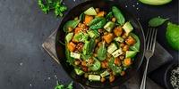 Quinoa-Süßkartoffelsalat mit Spinat und Apfel