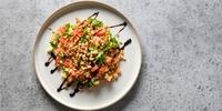 Erdnuss-Dinkel-Bowl mit Spinat