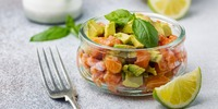 Lachsmus mit Avocado-Scheiben