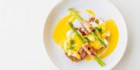 Eier Benedict auf Spargel mit Bacon und Hollandaise