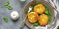Käse-Blumenkohl-Pflanzerl mit Eisbergsalat