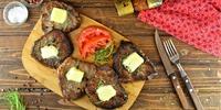 Schweinemedaillons mit Tomaten-Paprika-Gemüse und Basilikumbutter