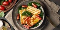 Halloumi auf Zucchini-Salat mit Papaya-Tomaten-Salsa