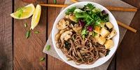 Reisnudeln mit Tofu und Spinat