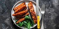 Lachs mit Süßkartoffel und Salat